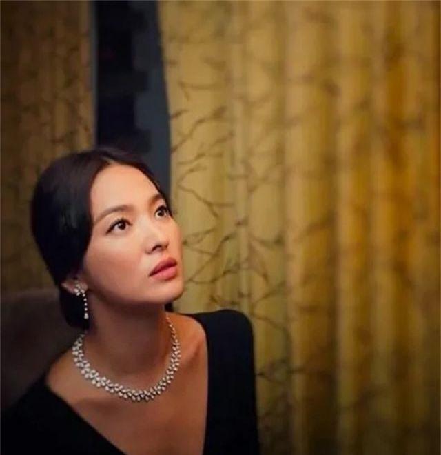 Song Hye Kyo lại khiến fan đồn đoán vì không đeo nhẫn cưới - 9