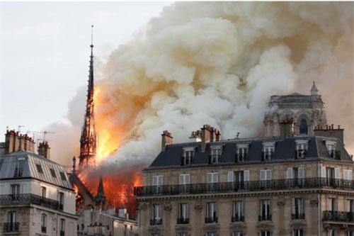 Hiện trường vụ hỏa hoạn tại Nhà thờ Đức Bà ở Paris, Pháp, ngày 15/4/2019. Ảnh: Reuters.