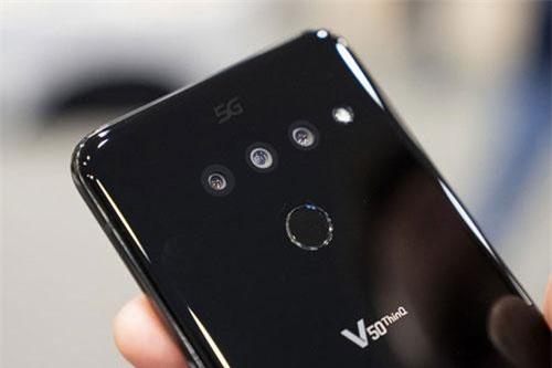 LG V50 ThinQ 5G sở hữu 3 camera sau. Trong đó, cảm biến chính 12 MP, khẩu độ f/1.5 cho khả năng lấy nét Dual Pixel PDAF, chống rung quang học (OIS). Cảm biến 16 MP, f/1.9 cho ống kính góc rộng 107 độ. Ống kính tele 12 MP, f/2.4 cho phép zoom quang học 2x. Bộ ba này được trang bị đèn flash LED, quay video 4K.