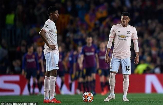 Man Utd cần tống cố toàn bộ hàng phòng ngự khỏi Old Trafford - Ảnh 1.