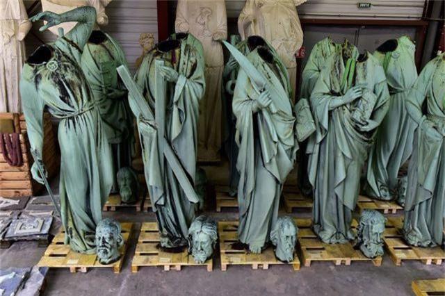 Nhà thờ Đức Bà Paris ngổn ngang, hư hại sau vụ hỏa hoạn kinh hoàng - 10
