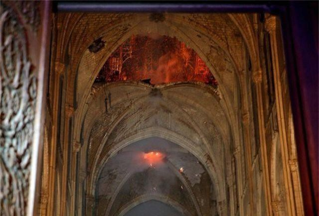 Nhà thờ Đức Bà Paris ngổn ngang, hư hại sau vụ hỏa hoạn kinh hoàng - 3