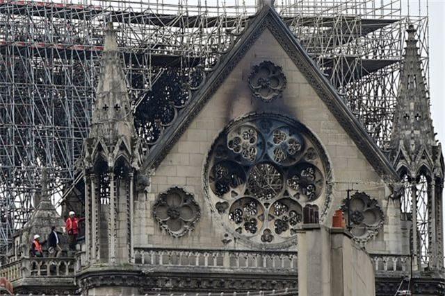 Nhà thờ Đức Bà Paris ngổn ngang, hư hại sau vụ hỏa hoạn kinh hoàng - 6