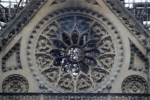 Nhà thờ Đức Bà Paris ngổn ngang, hư hại sau vụ hỏa hoạn kinh hoàng - 7