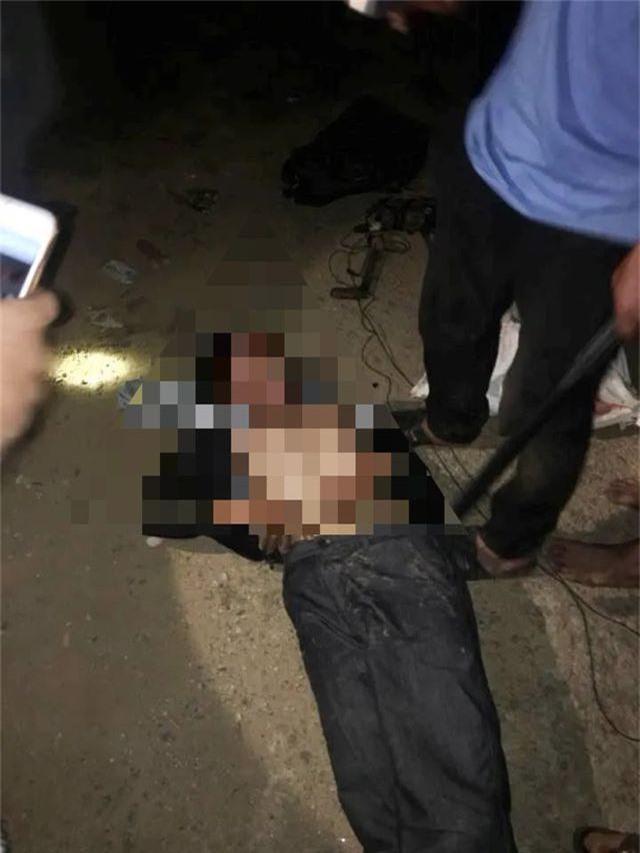 Mang súng điện đi trộm chó trong đêm, bị người dân vây bắt - 1