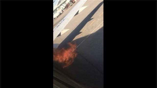 Động cơ Boeing 737 bốc cháy ngùn ngụt trước khi cất cánh - 1