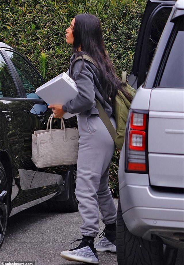 Kim Kardashian đeo ba lô đi học - 1