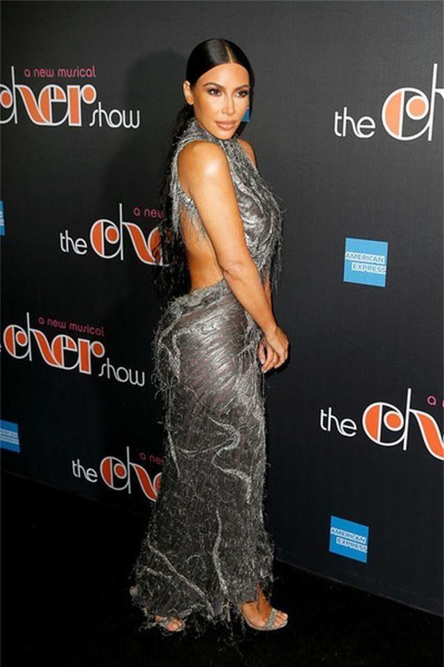Kim Kardashian đeo ba lô đi học - 4