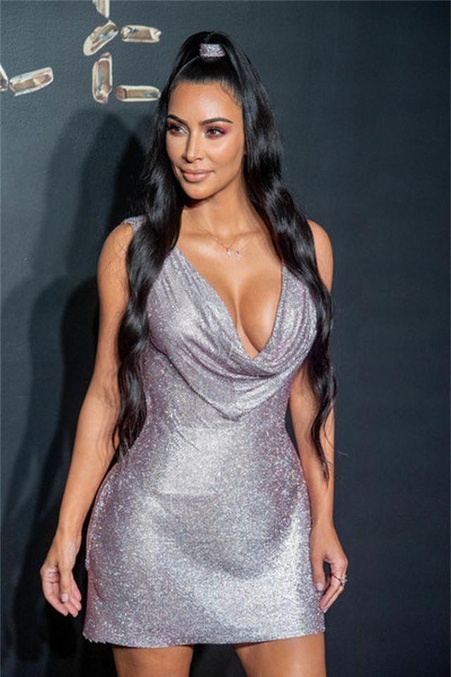 Kim Kardashian đeo ba lô đi học - 5