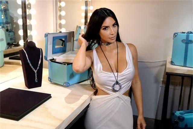 Kim Kardashian đeo ba lô đi học - 6