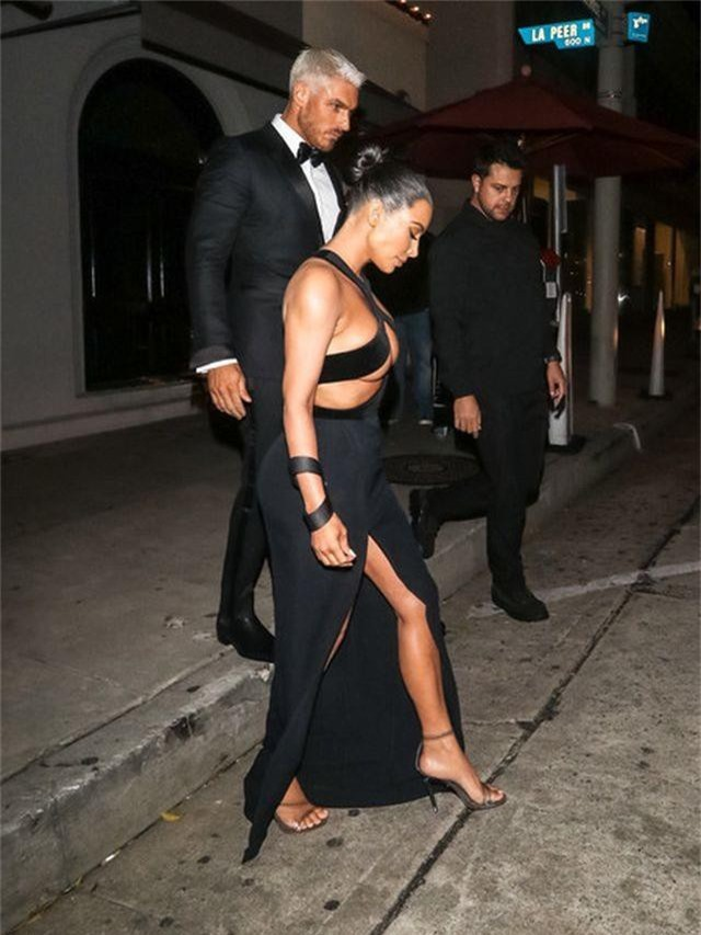 Kim Kardashian đeo ba lô đi học - 7