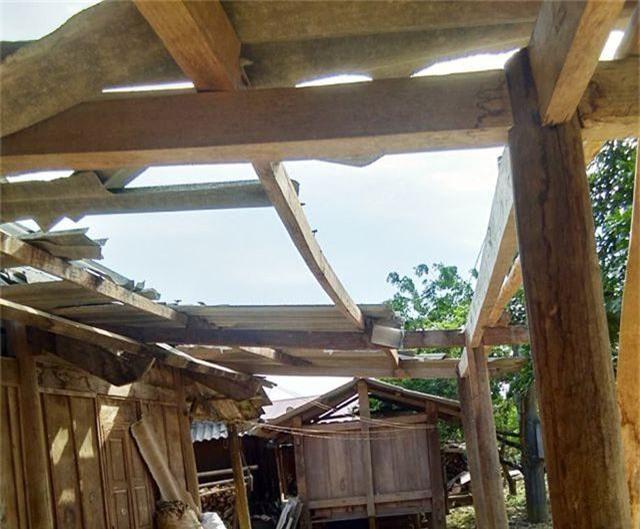 Lốc xoáy kèm mưa lớn làm hư hại hàng chục ngôi nhà - 2