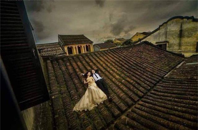 Bạn trẻ chụp ảnh cưới trên mái nhà cổ Hội An