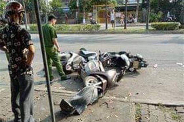 Dừng mua nước mía, 3 phụ nữ bị ô tô tông nhập viện - 3