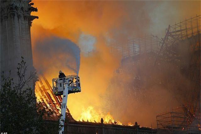 """Vũ khí bí mật giúp khống chế """"cơn bão lửa"""" tại Nhà thờ Đức Bà Paris - 2"""