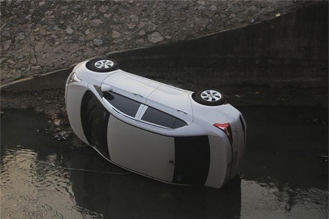 Hà Nội: Ô tô lao xuống mương nước, tài xế may mắn thoát nạn - 1