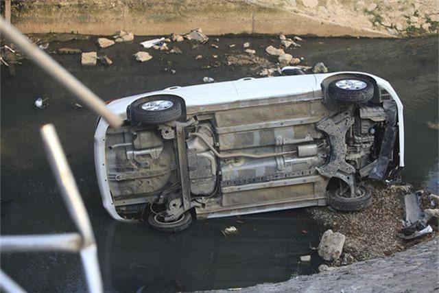 Hà Nội: Ô tô lao xuống mương nước, tài xế may mắn thoát nạn - 2