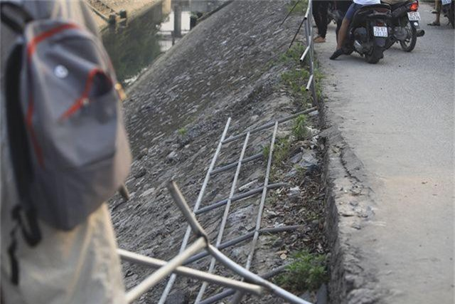 Hà Nội: Ô tô lao xuống mương nước, tài xế may mắn thoát nạn - 3
