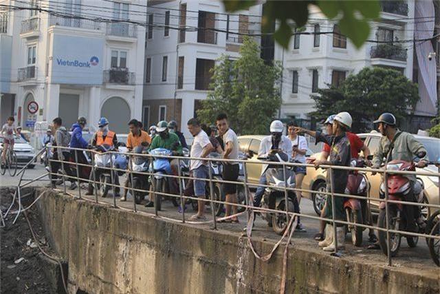 Hà Nội: Ô tô lao xuống mương nước, tài xế may mắn thoát nạn - 4