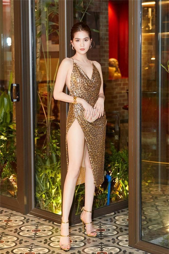 Ngọc Trinh diện váy sexy, khoe lưng trần cùng đôi chân dài miên man giữa sự kiện - Ảnh 2.