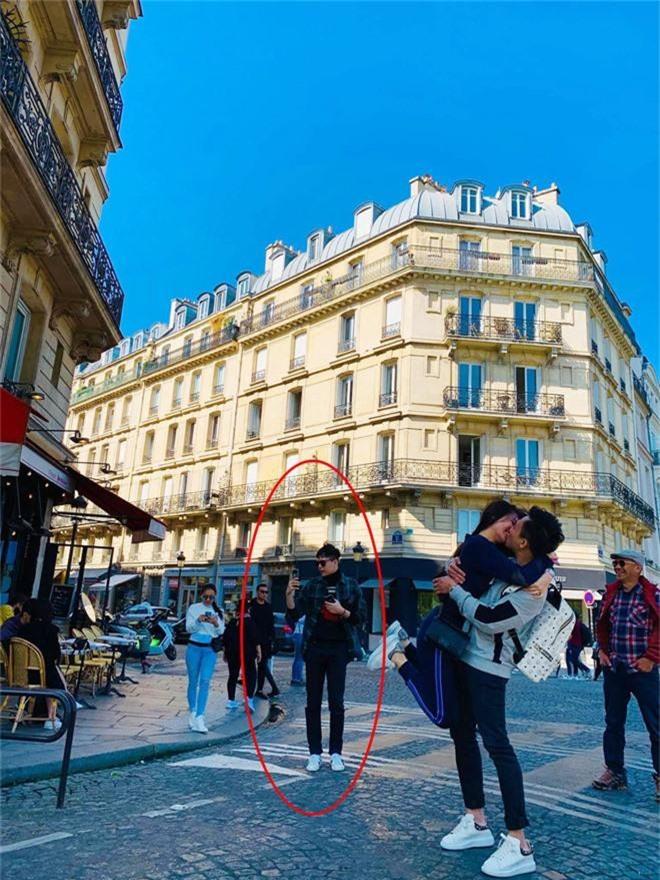 Trấn Thành và Hari Won khoá môi nhau đắm đuốt giữa đường phố Paris nhưng Trịnh Thăng Bình mới là tâm điểm chú ý - Ảnh 1.