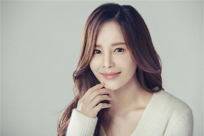 """""""Cô dâu vàng"""" Lee Young Ah cùng dàn sao của Hàn Quốc đổ bộ tới Việt Nam - Ảnh 1."""