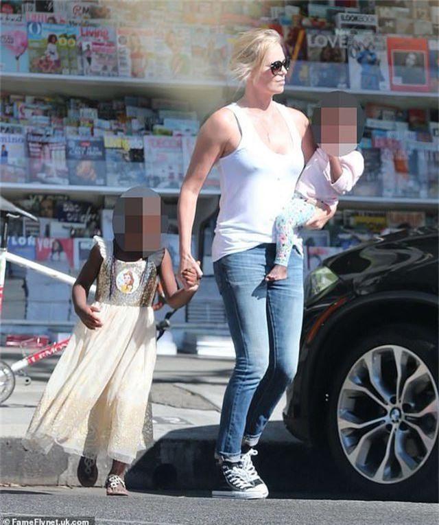Charlize Theron tiết lộ lý do tại sao để con trai mình… mặc váy - 1