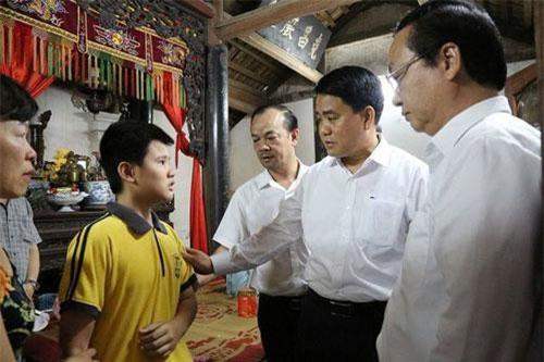 Chủ tịch Hà Nội hỏi thăm, động viên gia đình nạn nhân. Ảnh: Dân trí.
