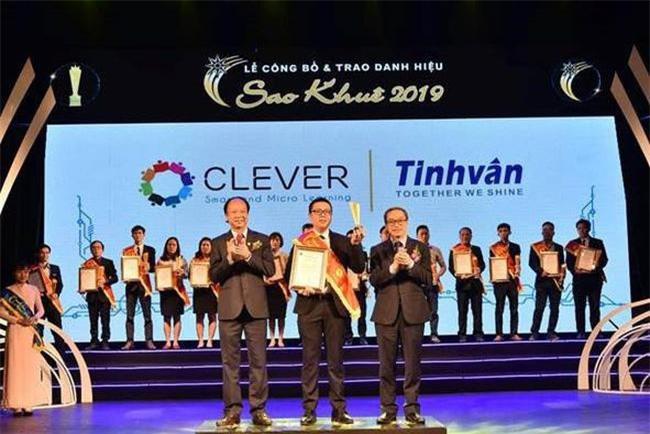 Anh Nguyễn Đạt Khuê (đứng giữa) – Trưởng nhóm giải pháp Clever đại diện Tinh Vân nhận Danh hiệu Sao Khuê 2019.