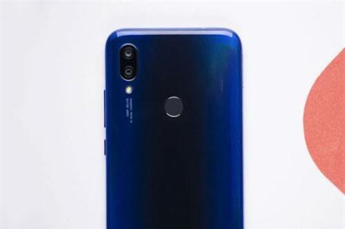 Bộ đôi camera sau của Xiaomi Redmi Y3 có độ phân giải 12 MP, khẩu độ f/2.2 cho khả năng lấy nét theo pha và cảm biến phụ 2 MP giúp chụp ảnh xóa phông. Bộ đôi này được trang bị đèn flash LED, quay video Full HD.
