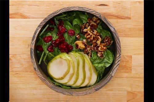 Salad gà thanh mát thích hợp cho những ngày nắng nóng.