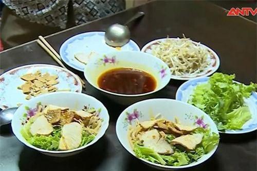 Bữa cơm cao lầu ở quán ăn có tuổi đời hơn trăm năm ở Hội An.