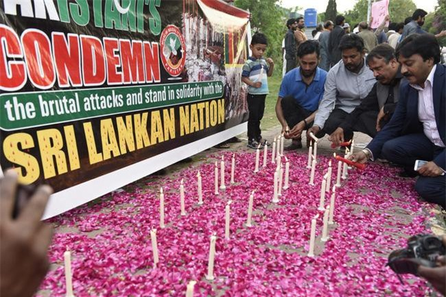 Người dân Sri Lanka tưởng niệm những nạn nhân trong loạt vụ tấn công đẫm máu. Ảnh: AP