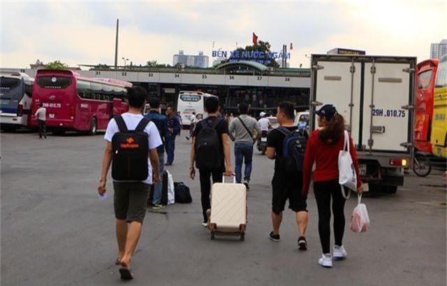Bến xe Hà Nội đông nghịt người dân về quê nghỉ lễ - 1