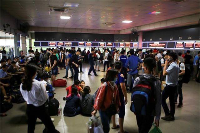 Bến xe Hà Nội đông nghịt người dân về quê nghỉ lễ - 2