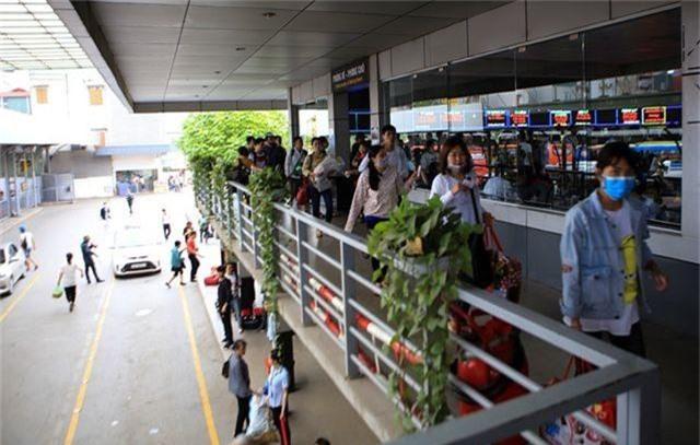 Bến xe Hà Nội đông nghịt người dân về quê nghỉ lễ - 4