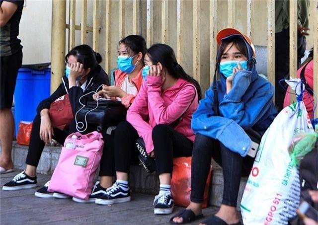 Bến xe Hà Nội đông nghịt người dân về quê nghỉ lễ - 5