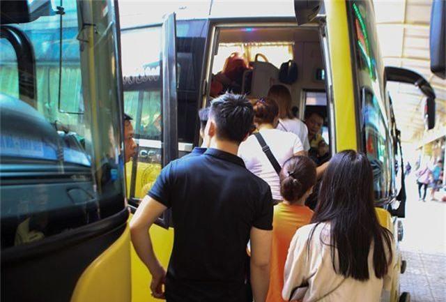 Bến xe Hà Nội đông nghịt người dân về quê nghỉ lễ - 6