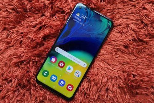 Samsung Galaxy A60 sử dụng tấm nền màn hình Super AMOLED kích thước 6,3 inch, độ phân giải Full HD Plus (2.340x1.080 pixel), mật độ điểm ảnh 409 ppi. Màn hình này thiết kế dạng đục lỗ (Infinity-O), chia theo tỷ lệ 19,5:9, chiếm 91,8% diện tích mặt trước.
