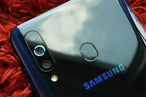 Samsung Galaxy A60 sở hữu 3 camera ở mặt lưng. Trong đó, cảm biến chính 32 MP, khẩu độ f/1.7 cho khả năng lấy nét theo pha. Cảm biến 8 MP, f/2.2 cũng có khả năng lấy nét theo pha với ống kính góc rộng 123 độ. Cảm biến còn lại 5 MP, f/2.2 giúp chụp ảnh xóa phông. Bộ ba này được trang bị đèn flash LED kép, quay video 4K.