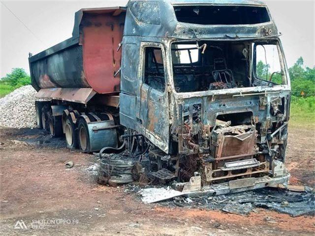 Xe đầu kéo bốc cháy dữ dội, tạo thành cột khói khổng lồ - 2