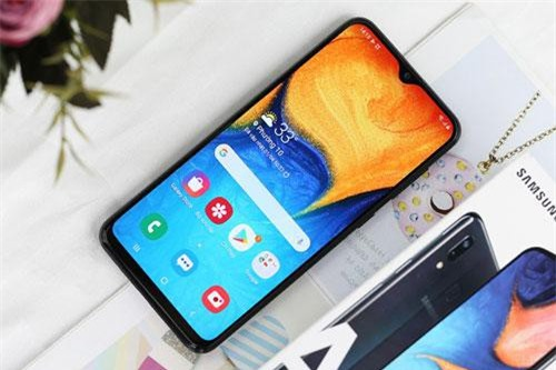Galaxy A20 dùng tấm nền màn hình Super AMOLED kích thước 6,4 inch, độ phân giải HD Plus (1.560x720 pixel), mật độ điểm ảnh 268 ppi. Màn hình này được chia theo tỷ lệ 19,5:9, thiết kế dạng giọt nước (Infinity-V).