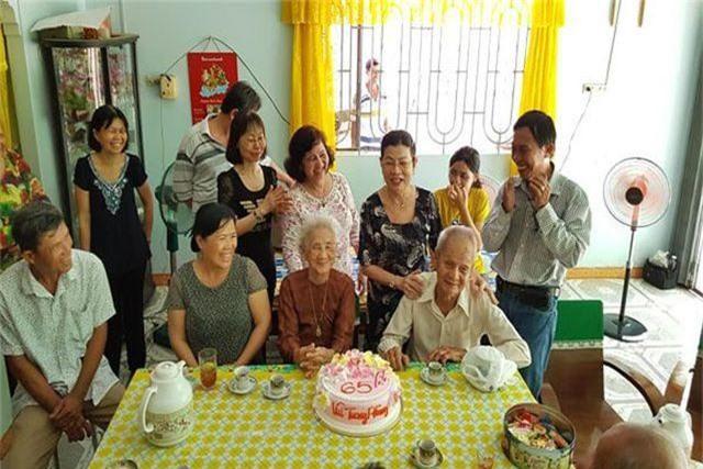 Cụ ông 96 tuổi thổi nến, cắt bánh kem cùng người yêu cũ sau 65 năm xa cách - 3