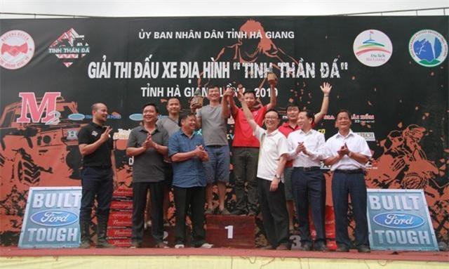 BTC trao giải cho các VĐV thi ô tô chuyên nghiệp