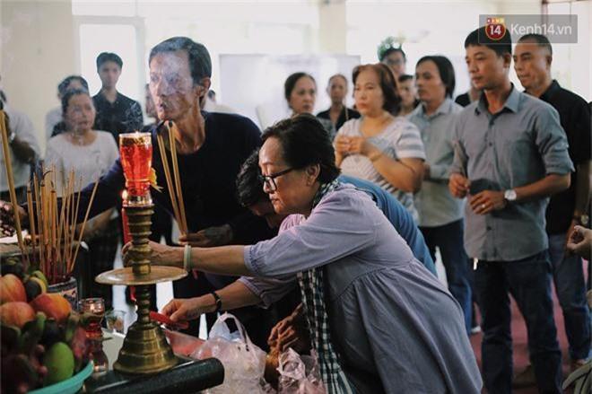 NSƯT Mỹ Uyên, Ốc Thanh Vân và nhiều đồng nghiệp đến viếng đám tang cố nghệ sĩ Lê Bình - Ảnh 10.