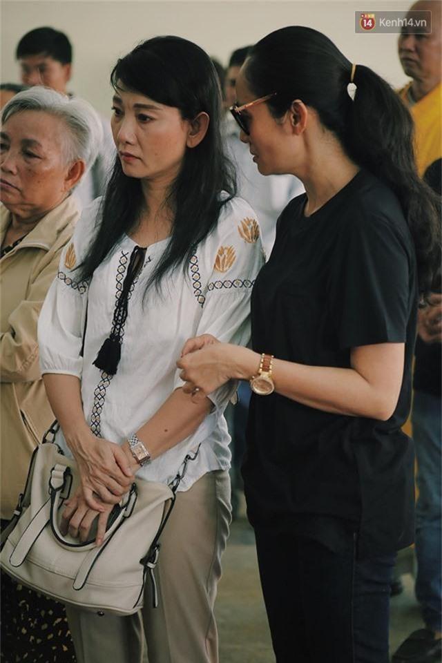 NSƯT Mỹ Uyên, Ốc Thanh Vân và nhiều đồng nghiệp đến viếng đám tang cố nghệ sĩ Lê Bình - Ảnh 6.