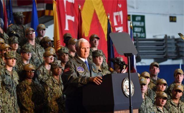 Binh sĩ Mỹ được chỉ đạo vỗ tay như ở câu lạc bộ thoát y để đón Phó Tổng thống - 1