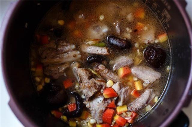 - Cho tất cả vào nồi cơm điện. Nấu như bình thường tới khi chín thì cho thêm một chút muối, hạt tiêu, trộn đều và ăn nóng.
