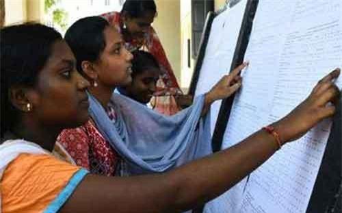 Học sinh lớp 12 ở bang Telangana xem kết quả thi cuối cấp. (Ảnh: Indian Express)