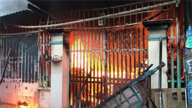 Cháy lớn trong khu dân cư, nhiều người may mắn thoát nạn - 1